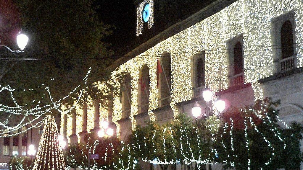 1024px-Ayuntamiento_de_Sevilla_Navidad