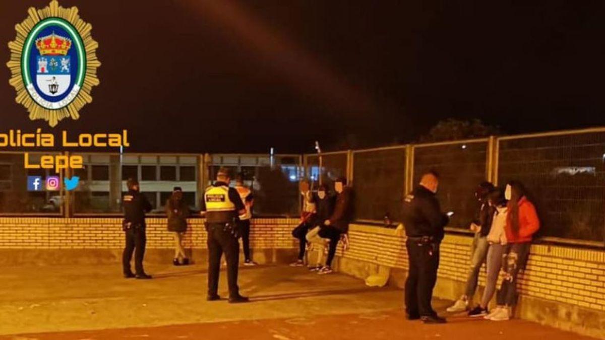 Denunciados nueve jóvenes del Lepe que hacían botellón en el patio de un colegio