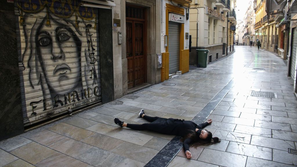 EuropaPress_3422629_trabajadora_bar_calle_navas_simula_defuncion_hosteleria_ciudad_nuevas (1)