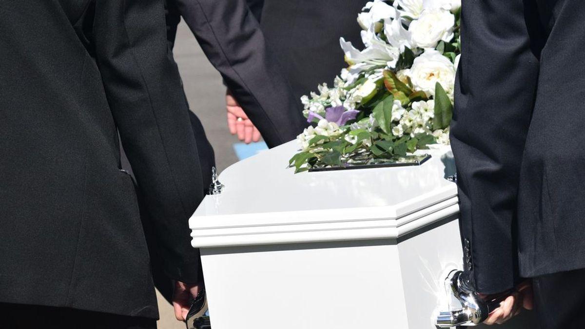 Una familia organiza el funeral de un pariente y luego lo encuentran desayunando tranquilamente en el hospital