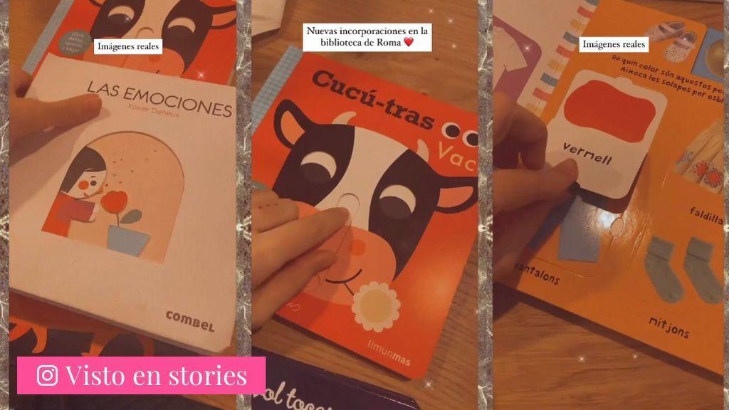 Laura Escanes muestra algunos de los libros con los que educan a Roma