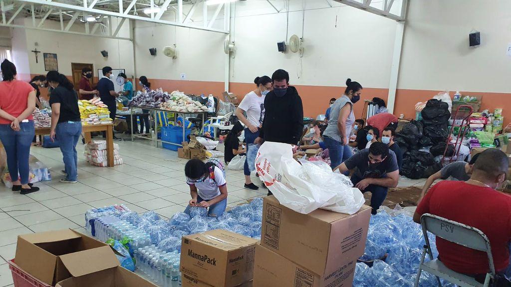 Los voluntarios como Reinaldo son quienes han ayudado de verdad a los afectados.