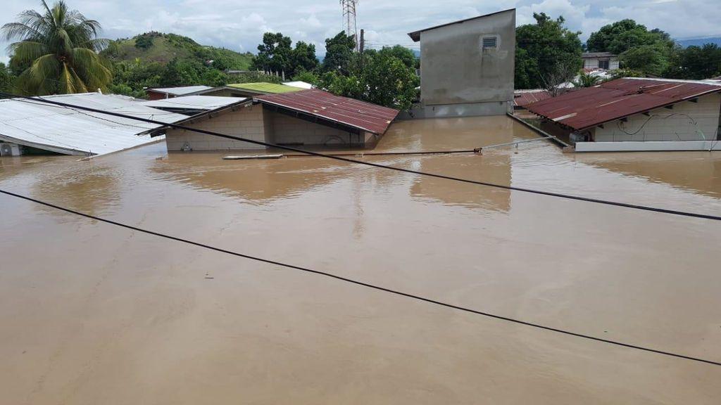 El agua llegó prácticamente a cubrir las casas de los hondureños.