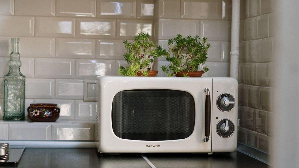 Agua, salsa de tomate casera y otros alimentos que jamás debes meter en el microondas