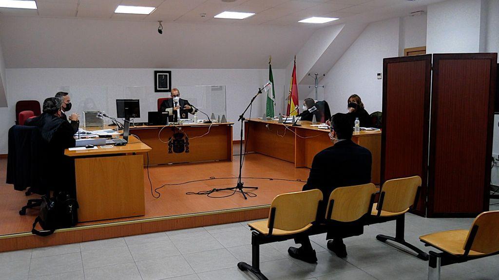 El ex director, en el banquillo de los acusados