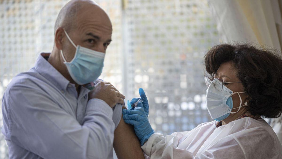 La vacuna de la gripe que se aplica a los mayores reduciría el riesgo de contraer la covid en un 39%, según un estudio