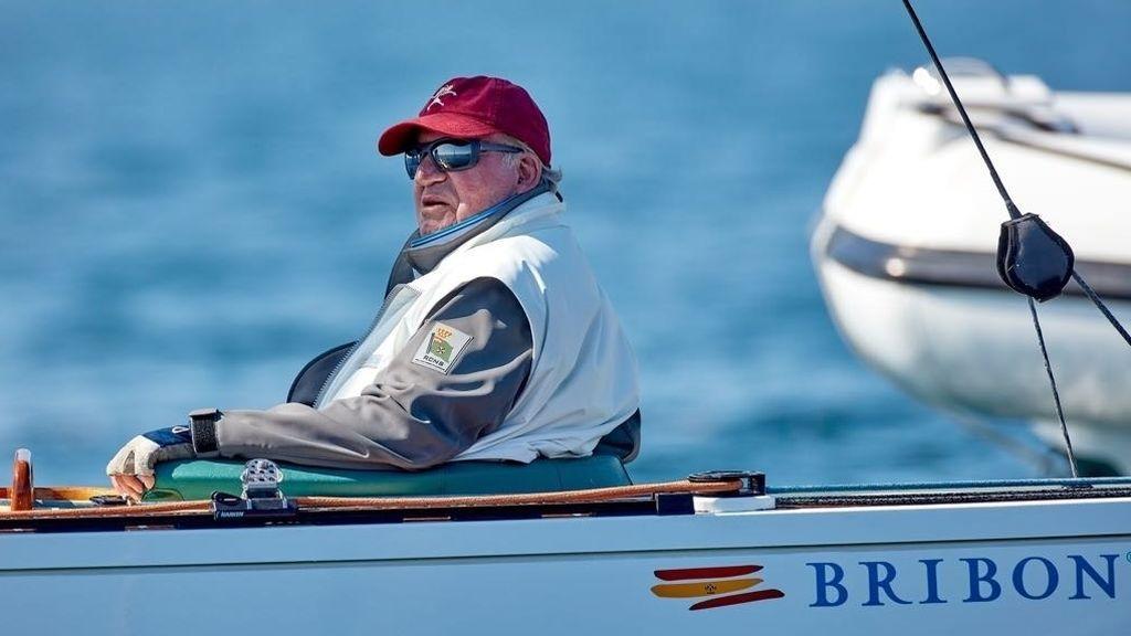 El rey emérito Juan Carlos I en una regata con el Bribón