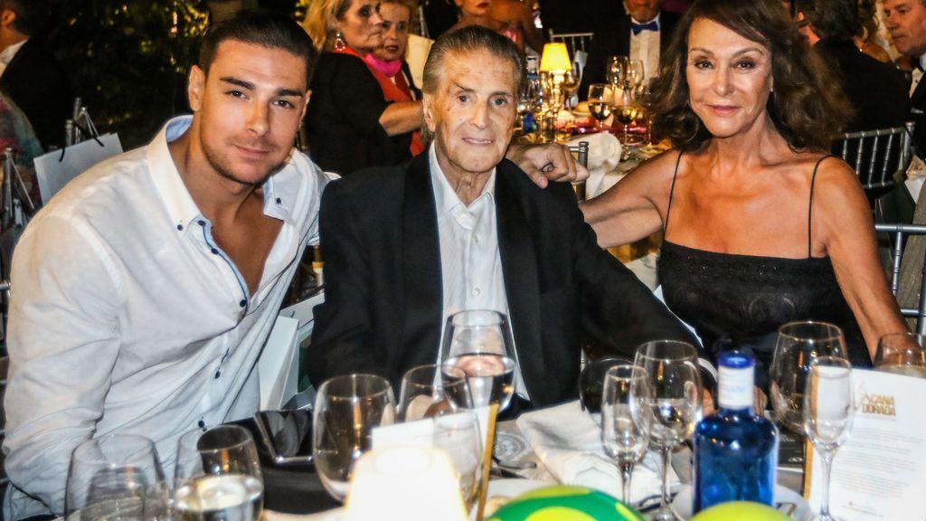 Jacobo Ostos, con sus padres, Jaime Ostos y Mª Ángeles Grajal