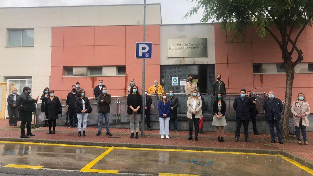Minuto de silencio por la mujer asesinada a manos de su marido en Palomares del Río