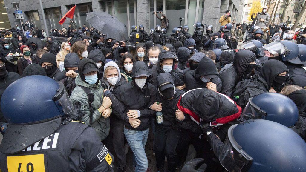 La Policía alemana dispersa con cañones de agua una contramanifestación a una marcha contra las restricciones