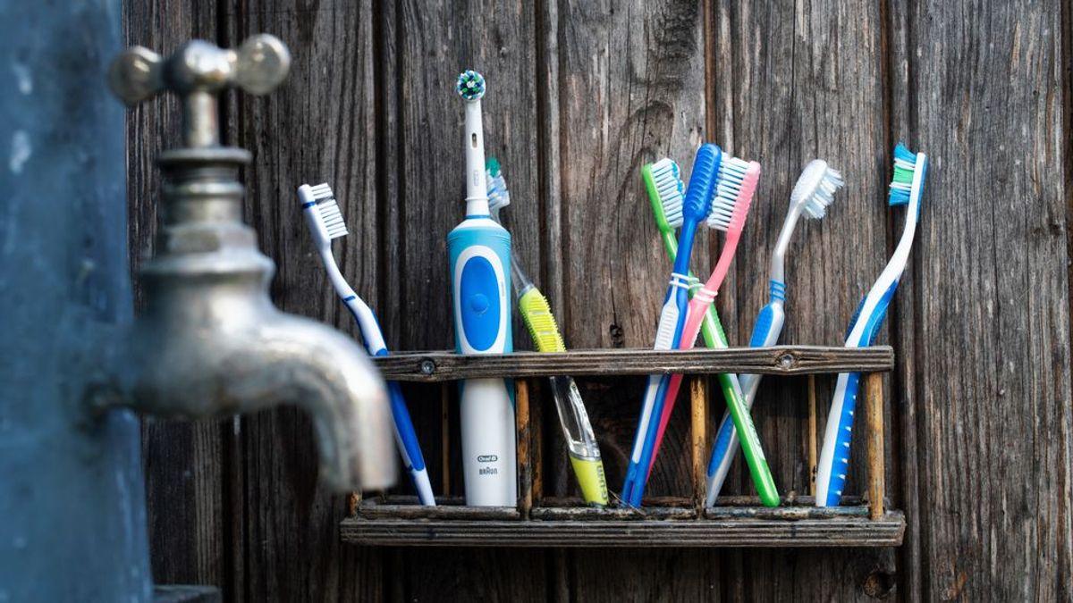 Tu pasta de dientes podría estar cargándose el planeta: así son los plásticos que llevan algunas