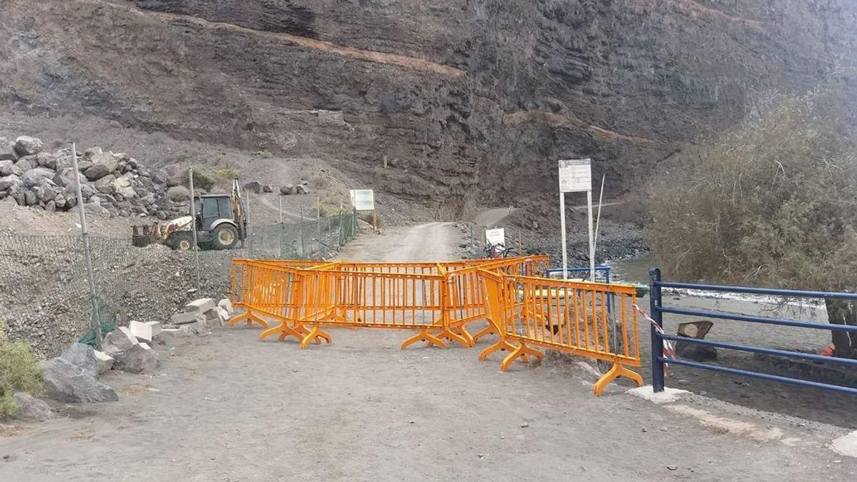 Reanudan los trabajos de rastreo en La Gomera tras el derrumbe de tierra en la playa de Argaga