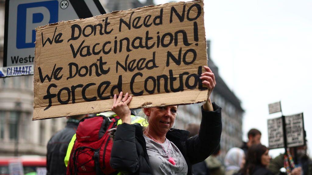 Los laboristas británicos piden una ley que sanciones a las rede sociales que publiquen contenido antivacunas
