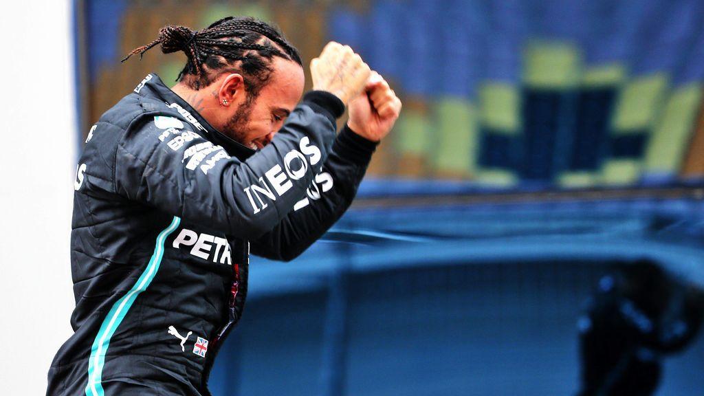 Lewis Hamilton celebra la victoria de su séptimo Mundial en Estambul.
