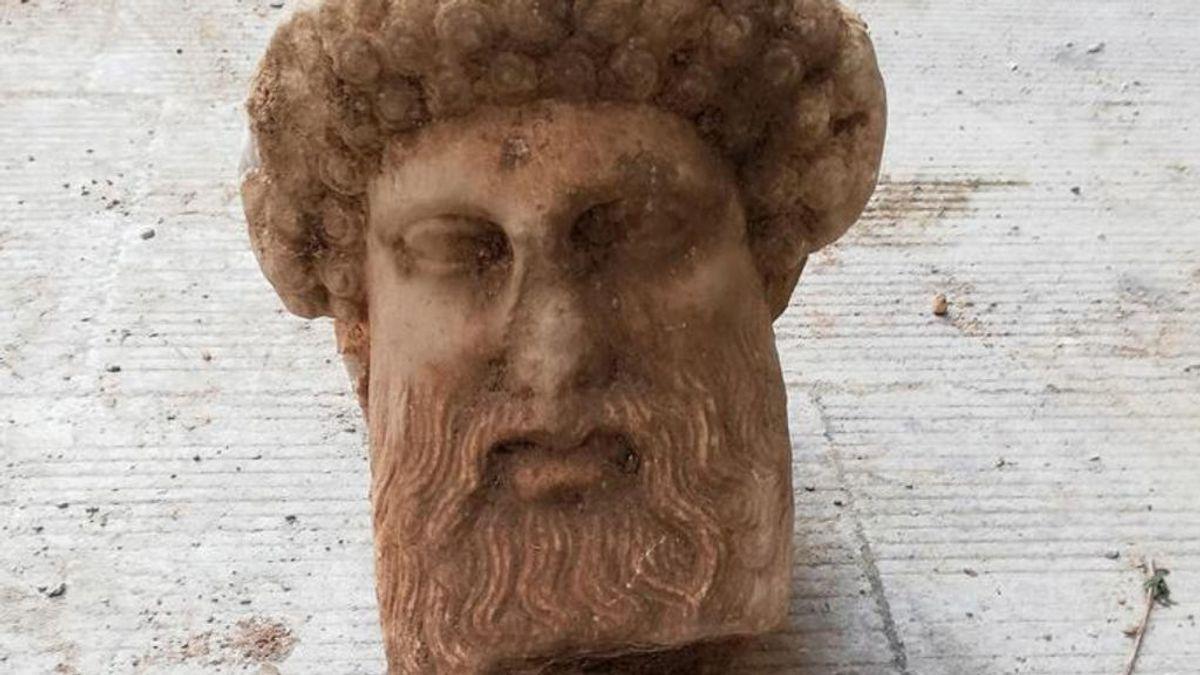 Hallada la cabeza del dios Hermes en pleno centro de Atenas durante una obra vial