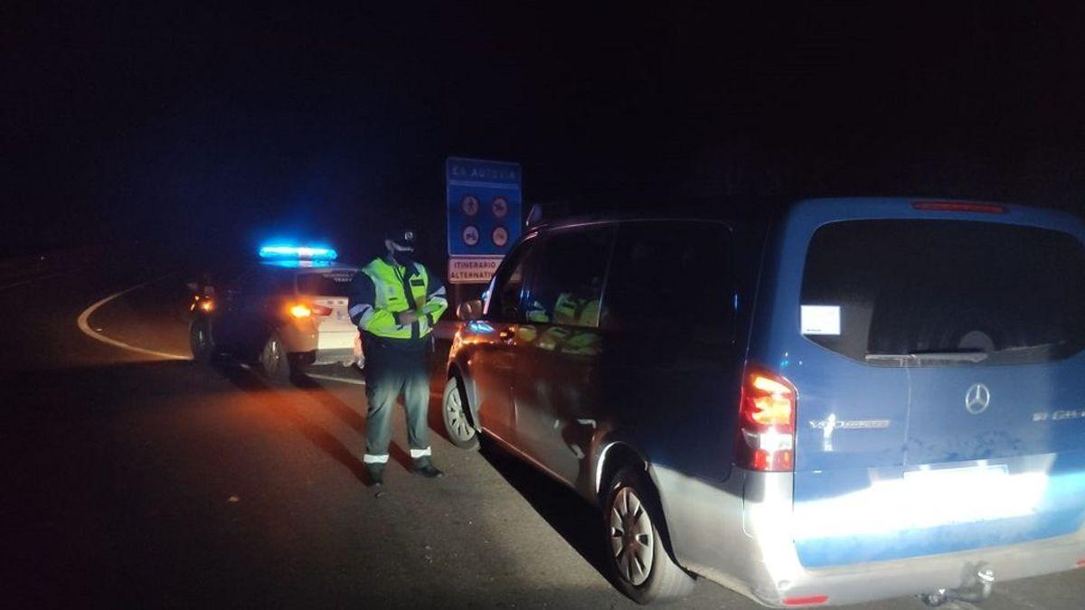 La Guardia Civil le denuncia por conducir borracho y el taxista que va a recogerle triplica la tasa