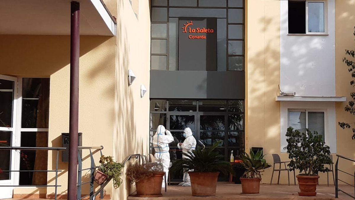 Sanitarios acceden a la residencia de la Pobla de Vallbona para valorar el estado de salud de los 60 ancianos contagiados