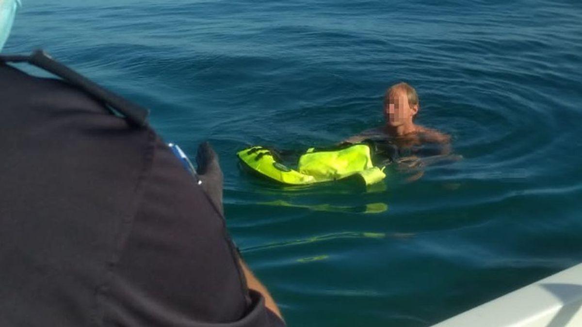 Detenido un agresor sexual que se adentró en el mar para escapar y pasó dos horas en una boya en Málaga