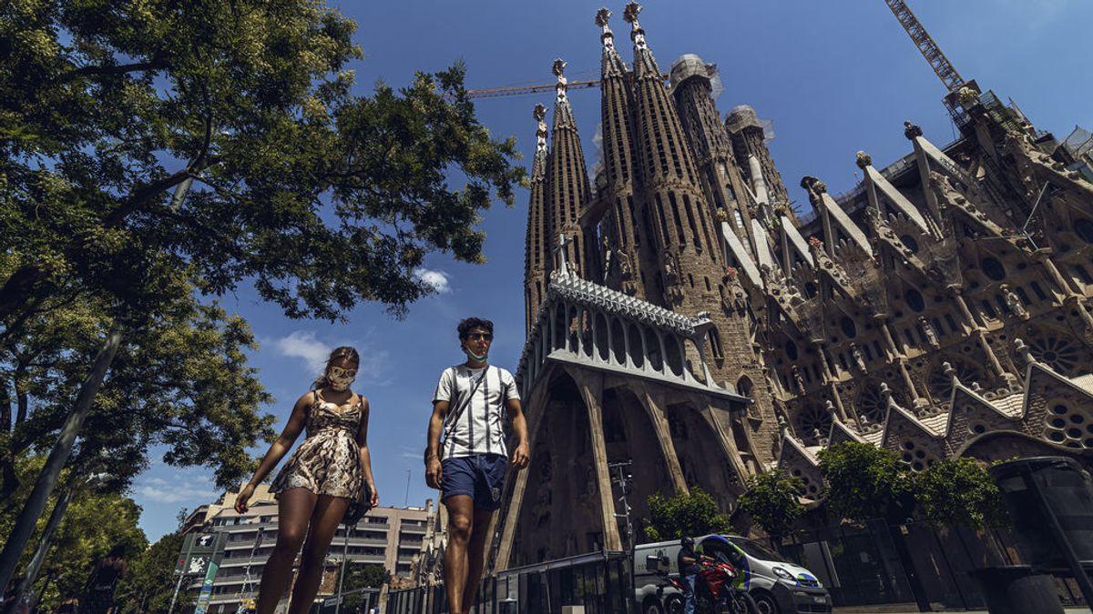 EuropaPress_3254316_28_july_2020_spain_barcelona_tourists_wearing_protective_face_masks_walk