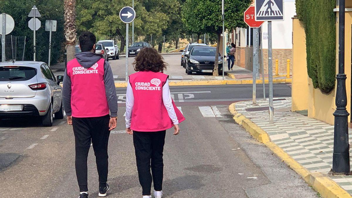 """Patrullas vecinales, la idea de un pueblo de Sevilla para frenar la Covid: """"Nos ven más cercanos que a la policía"""""""