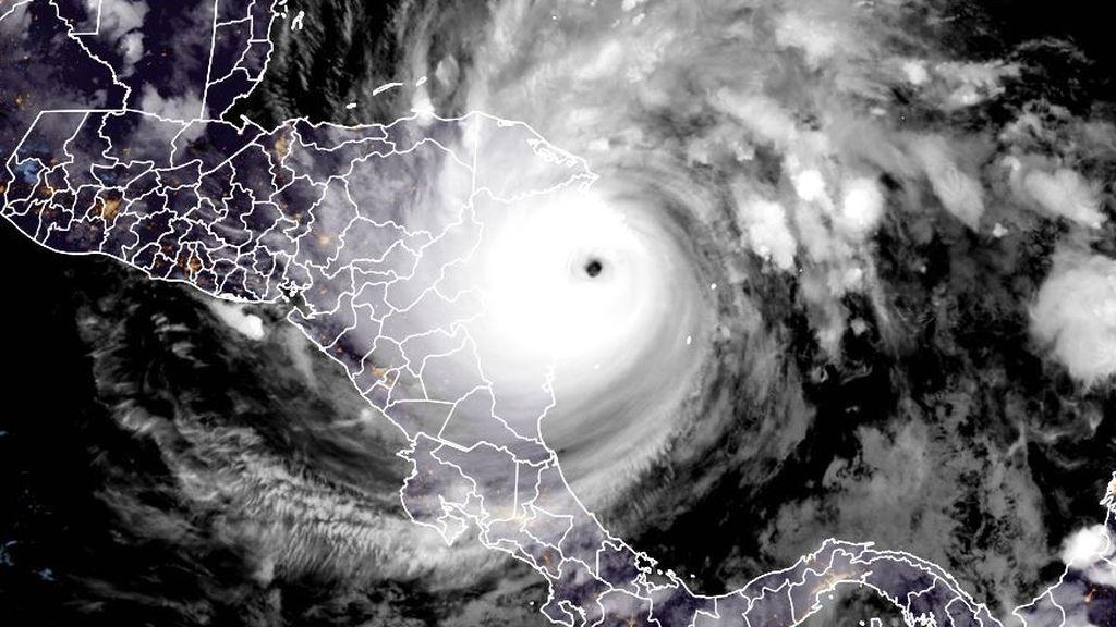 La calma dentro del huracán: el 'efecto estadio' que se produce en el ojo de Iota