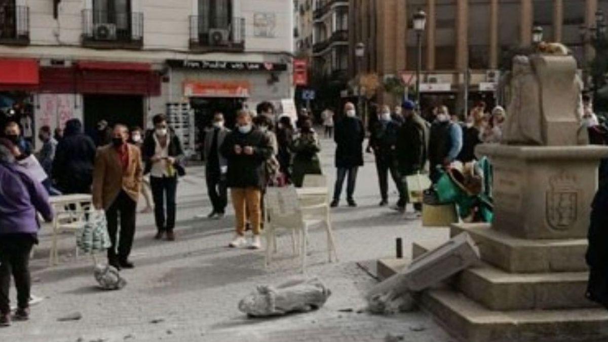Un músico callejero, responsable del destrozo del cruceiro de la plaza Jacinto Benavente de Madrid