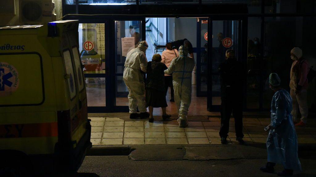 Aumenta la presión hospitalaria en Grecia, confinada y con las escuelas cerradas