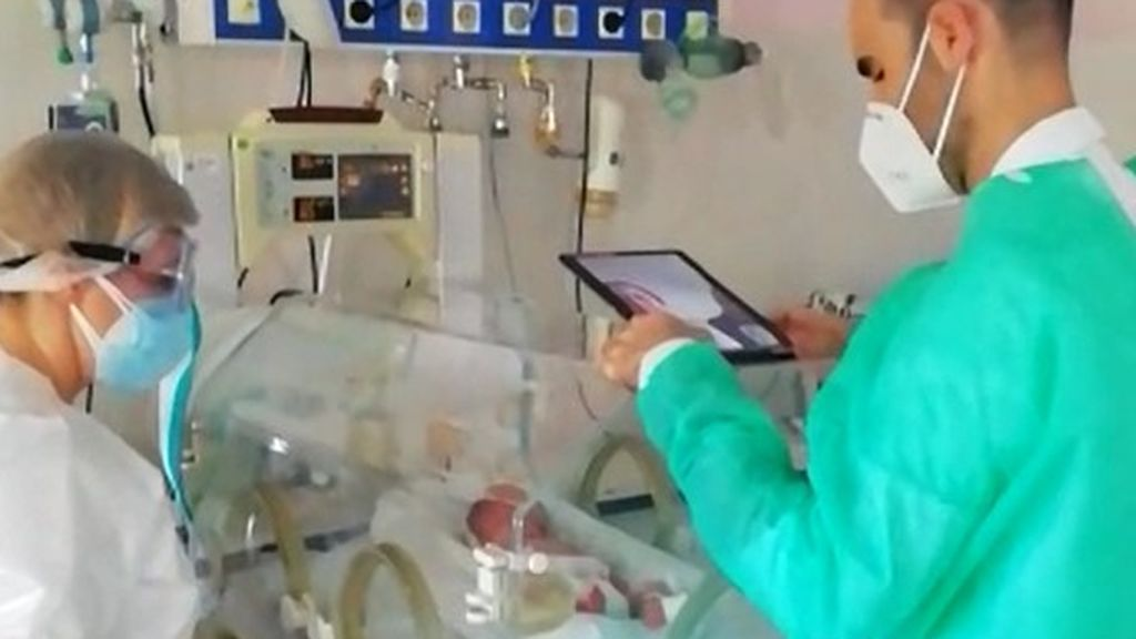 Separados de su bebé prematuro por una pantalla: dos padres dan positivo por Covid-19 y tienen que aislarse de su hijo en casa