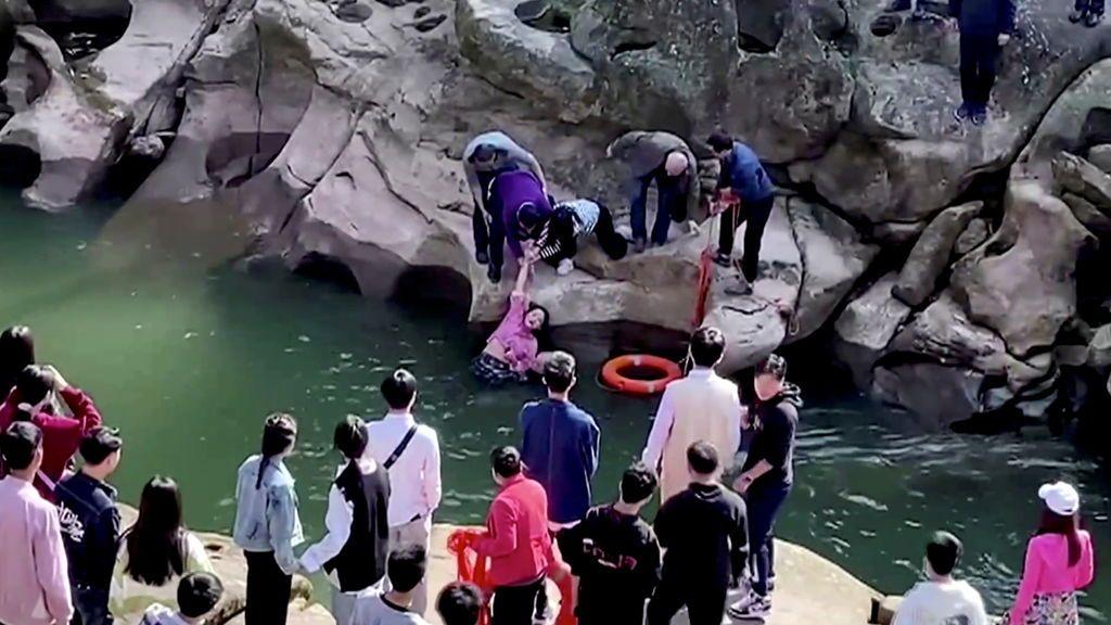 Héroe por un día: un cónsul británico en China salva a una joven de morir ahogada