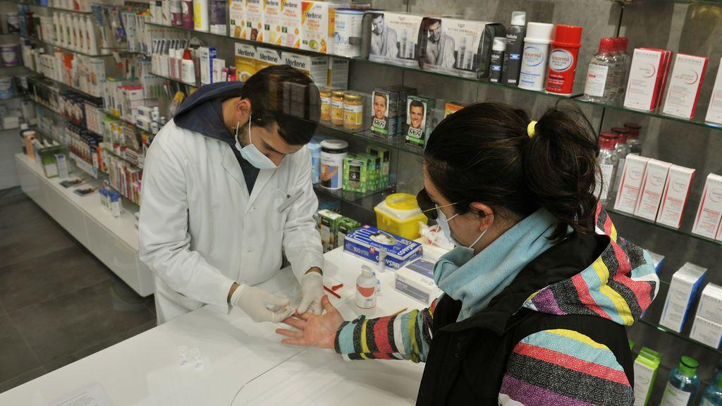 EuropaPress_3388848_farmaceutico_realiza_prueba_serologica_covid-19_farmacia_monica_muradas
