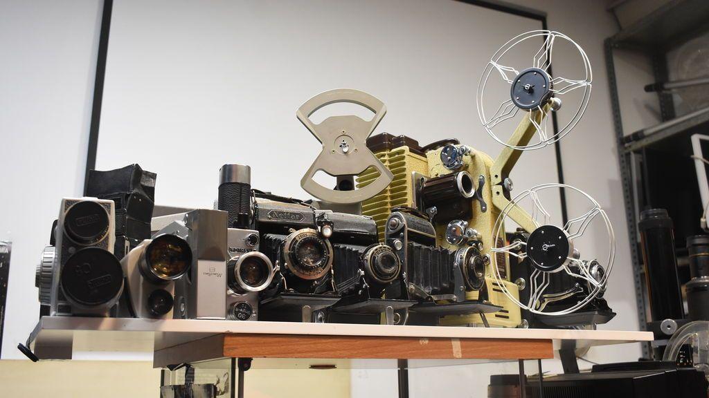 Algunas de las cámaras antiguas en el taller de Antonio