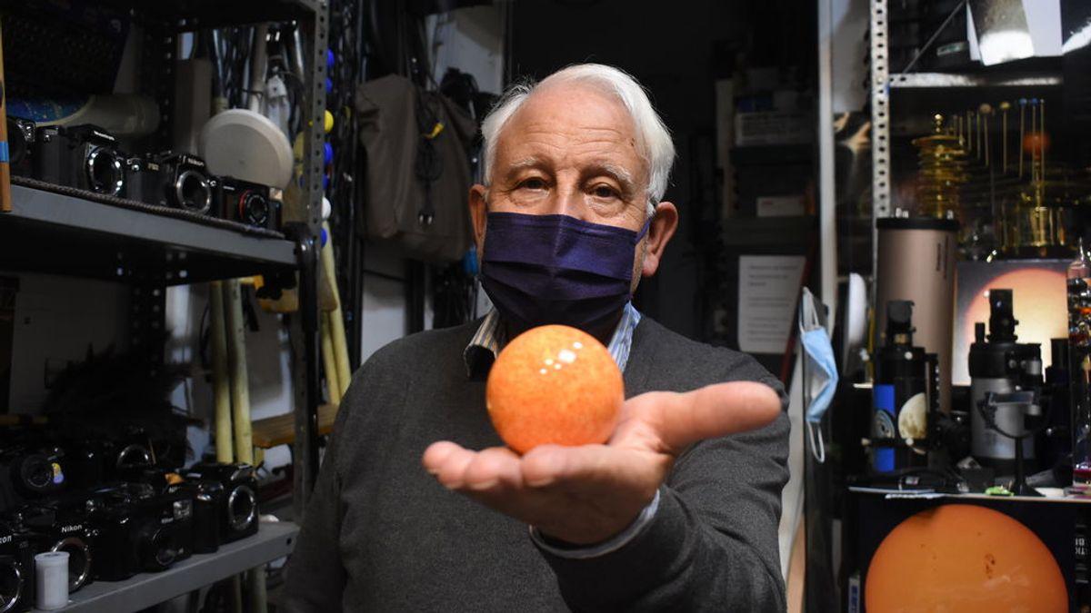 Antonio Solar, el jubilado que regala fotos de la Luna a los niños en su taller de cámaras antiguas