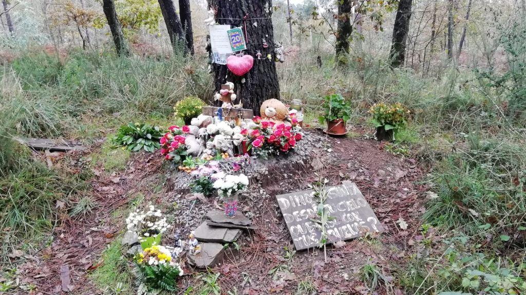 El altar en memoria de Asunta donde la mataron se llena de flores tras conocerse la muerte de su madre Rosario
