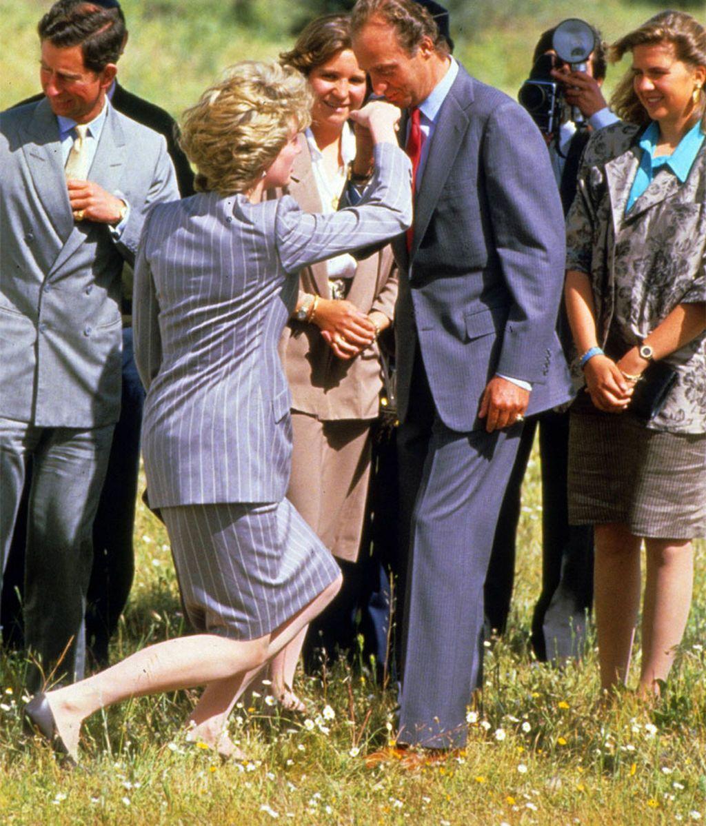 La princesa Diana hace la reverencia al Rey, en su visita a España en 1987
