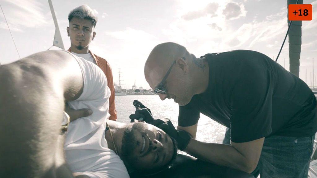 Nyno Vargas se tatúa la cabeza a bordo de un barco (2/2)