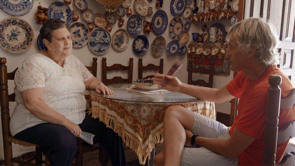 Jesús Calleja descubre la gran pasión de Magdalena, una vecina de Lagartera (Toledo)