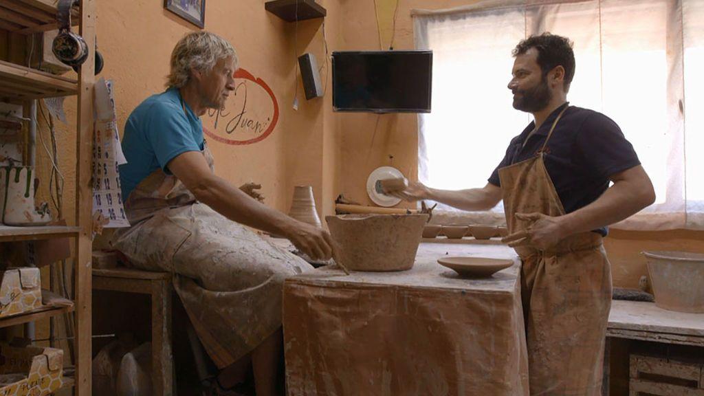 Calleja se atreve a mancharse las manos de barro y probar el torno