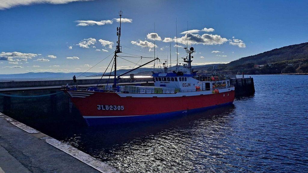 Trasladado al hospital uno de los marineros aislados por covid en el puerto de Burela