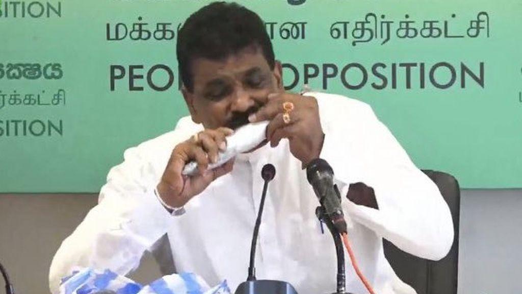 Un exministro de Sri Lanka muerde pescado crudo para alentar las ventas, a la baja por el coronavirus