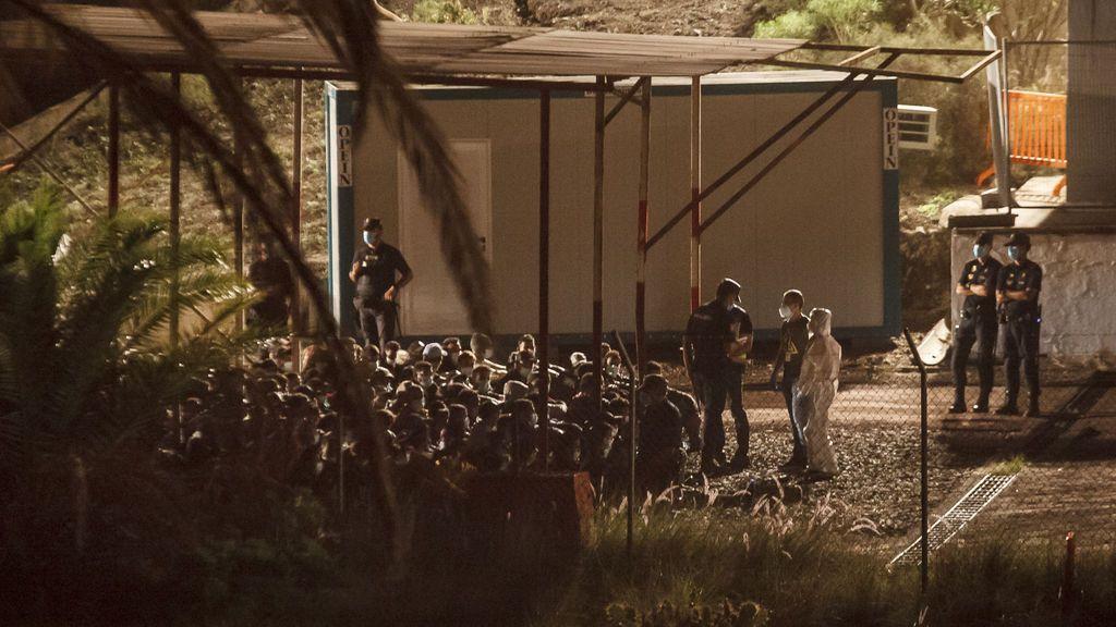 Del muelle al polvorín, el periplo de los 200 migrantes en Canarias