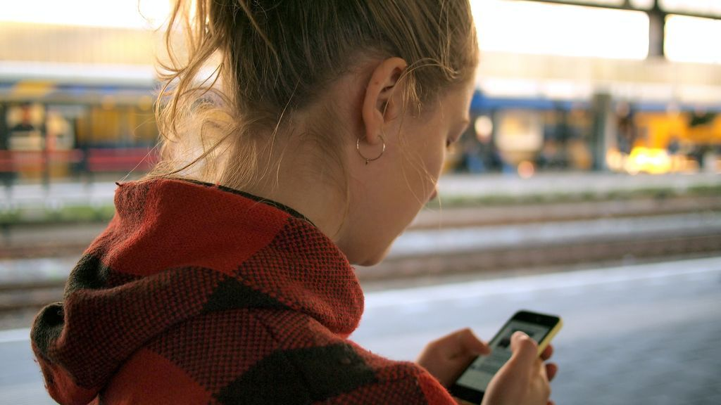 Chica con el teléfono móvil
