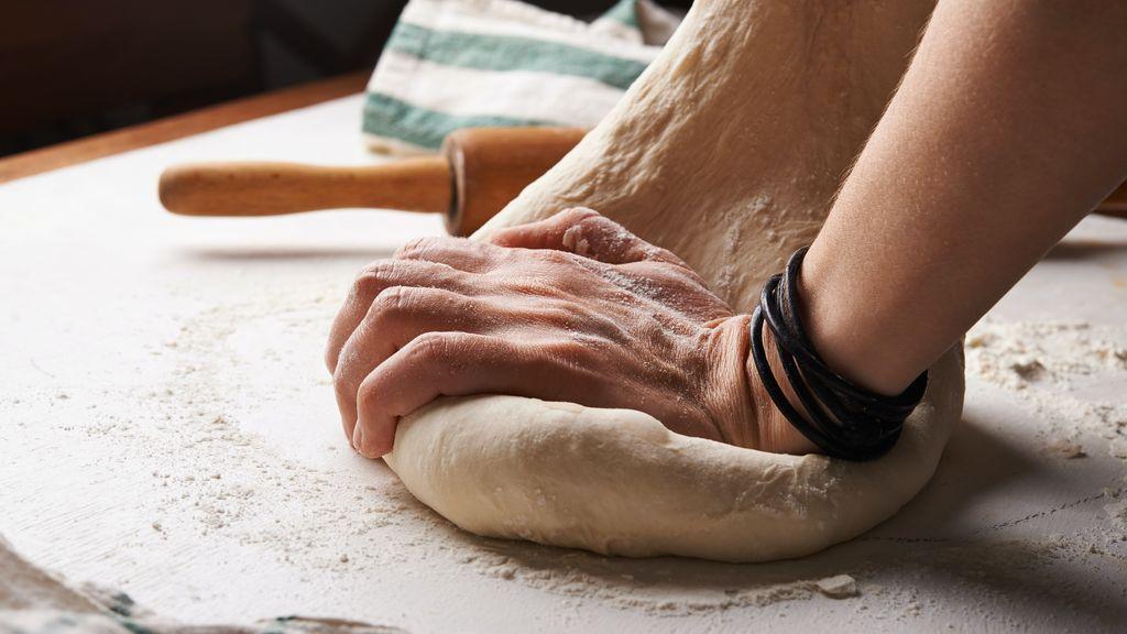 Manos haciendo pan