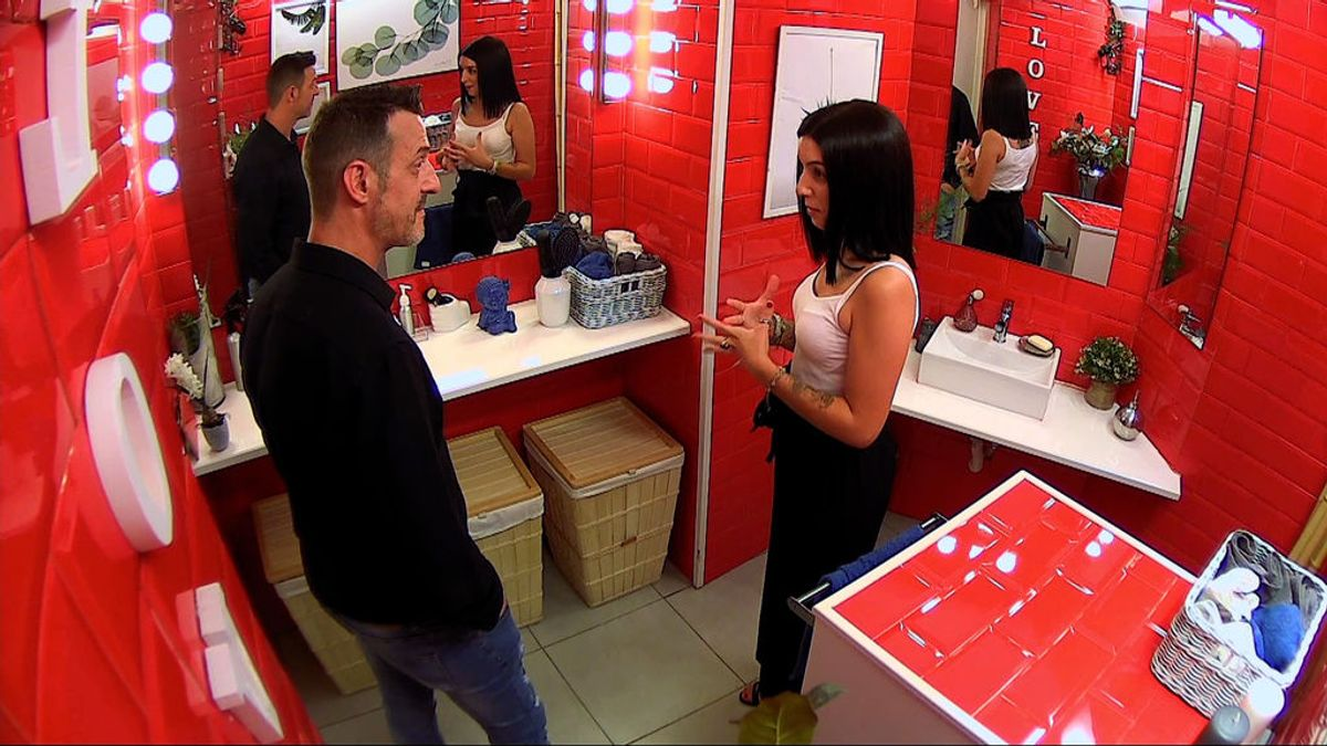 Evelin interrumpe el encuentro de Guillermo, su padre, para hablar sobre sus citas