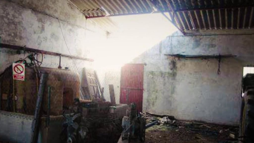 El interior de la parte ganadera de Cantora: muros destruidos, paredes agrietadas y cristales rotos