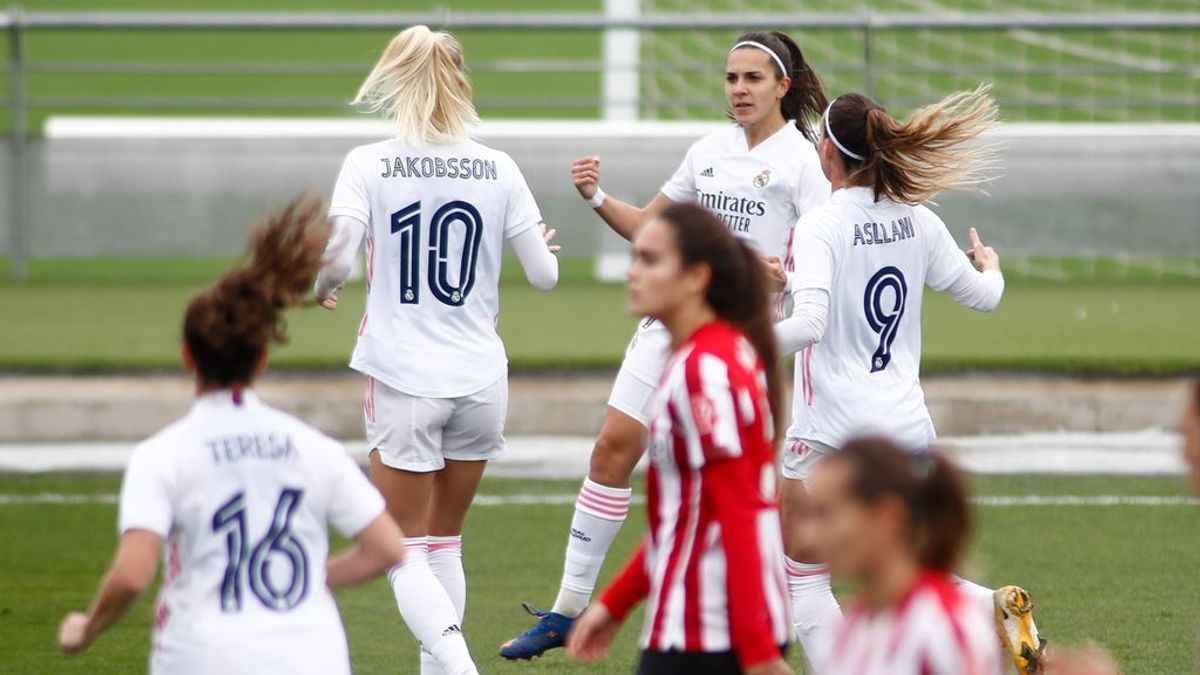 Las jugadoras de Real Madrid y Athletic en un partido de la Liga Iberdrola.
