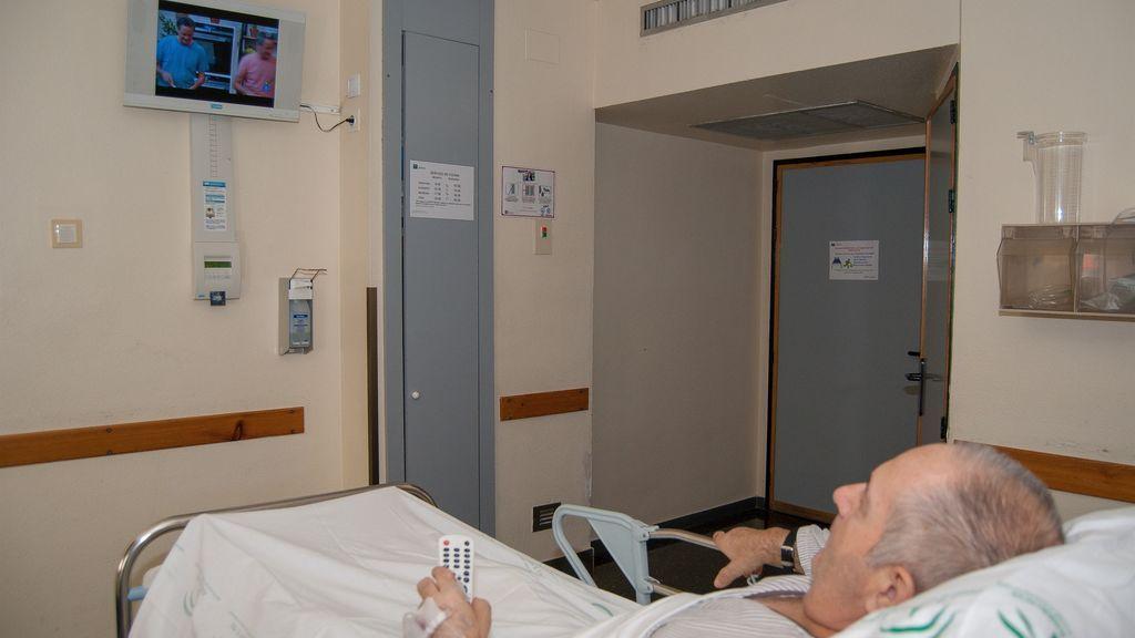 """""""Mi padre de 92 años, ingresado y muy solo"""": piden que Madrid deje de cobrar por las teles en los hospitales"""