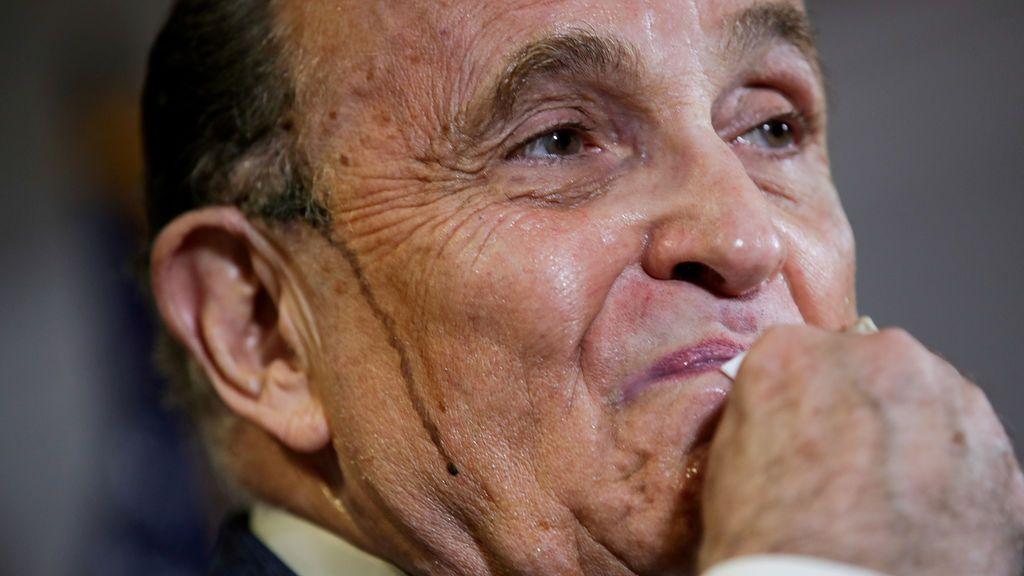 La incómoda comparecencia de Giuliani: suda 'tinte' al defender a Trump