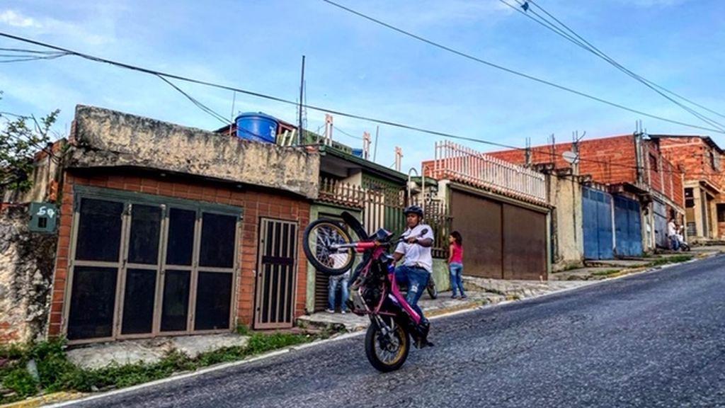 Así son los chicos de barrio venezolanos que compiten haciendo piruetas en moto