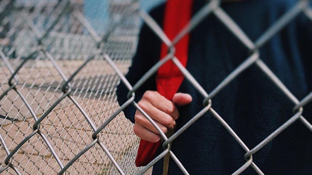 Un colegio pide a los padres que no 'tiren' a sus hijos por encima de la verja si llegan tarde
