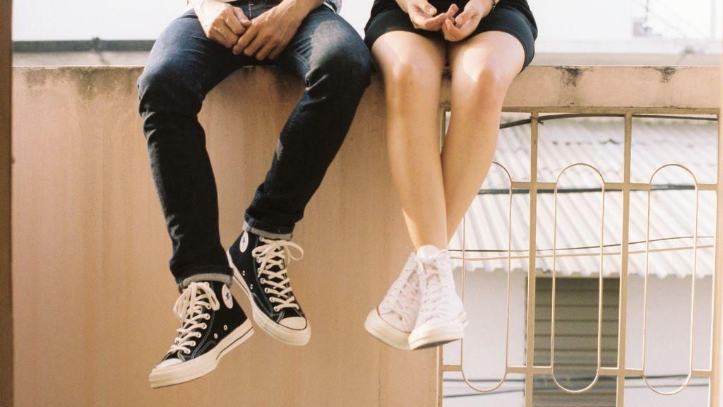 Una pareja sentada en un bordillo